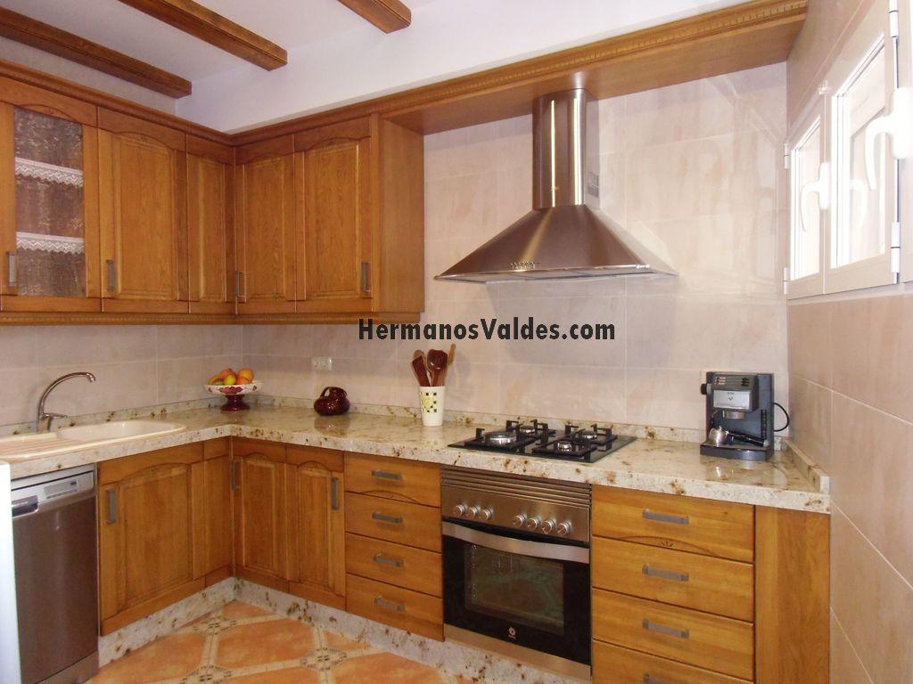 cocina rstica en roble macizo con tallado encimera en granito de cm y campana decorativa